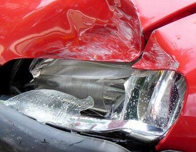 Siła uderzenia wyrzuciła auto na przeciwległy pas. Podwójna kolizja na...
