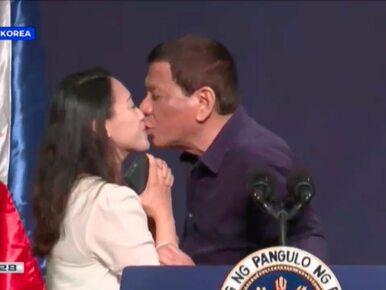Prezydent pocałował pracownicę na scenie. Lawina krytyki
