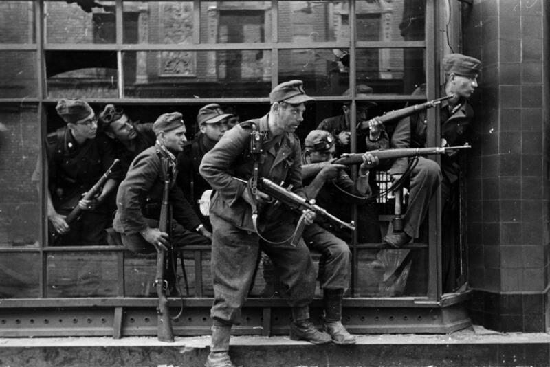 Żołnierze złożonego z kryminalistów niemieckiego pułku Dirlewangera podczas walk w rejonie ul. Focha