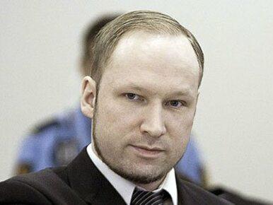 """Narzekał na samotność i zimną kawę. Breivik wygrał proces o """"nieludzkie..."""