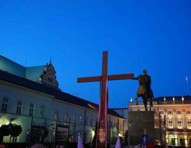 Obrońcy krzyża przyniesli ze sobą tablicę... na obelgi