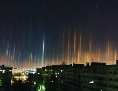 Słupy kolorowego światła nad miastem. Mieszkańcom ukazało się niezwykłe...