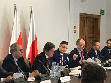 Komisja weryfikacyjna przesłuchuje urzędników stołecznego ratusza,...