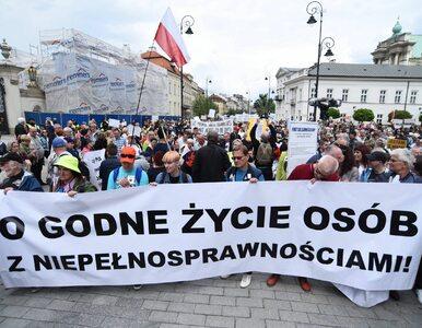 """Niepełnosprawni protestują w Warszawie. """"Każdy zasługuje na życie"""""""