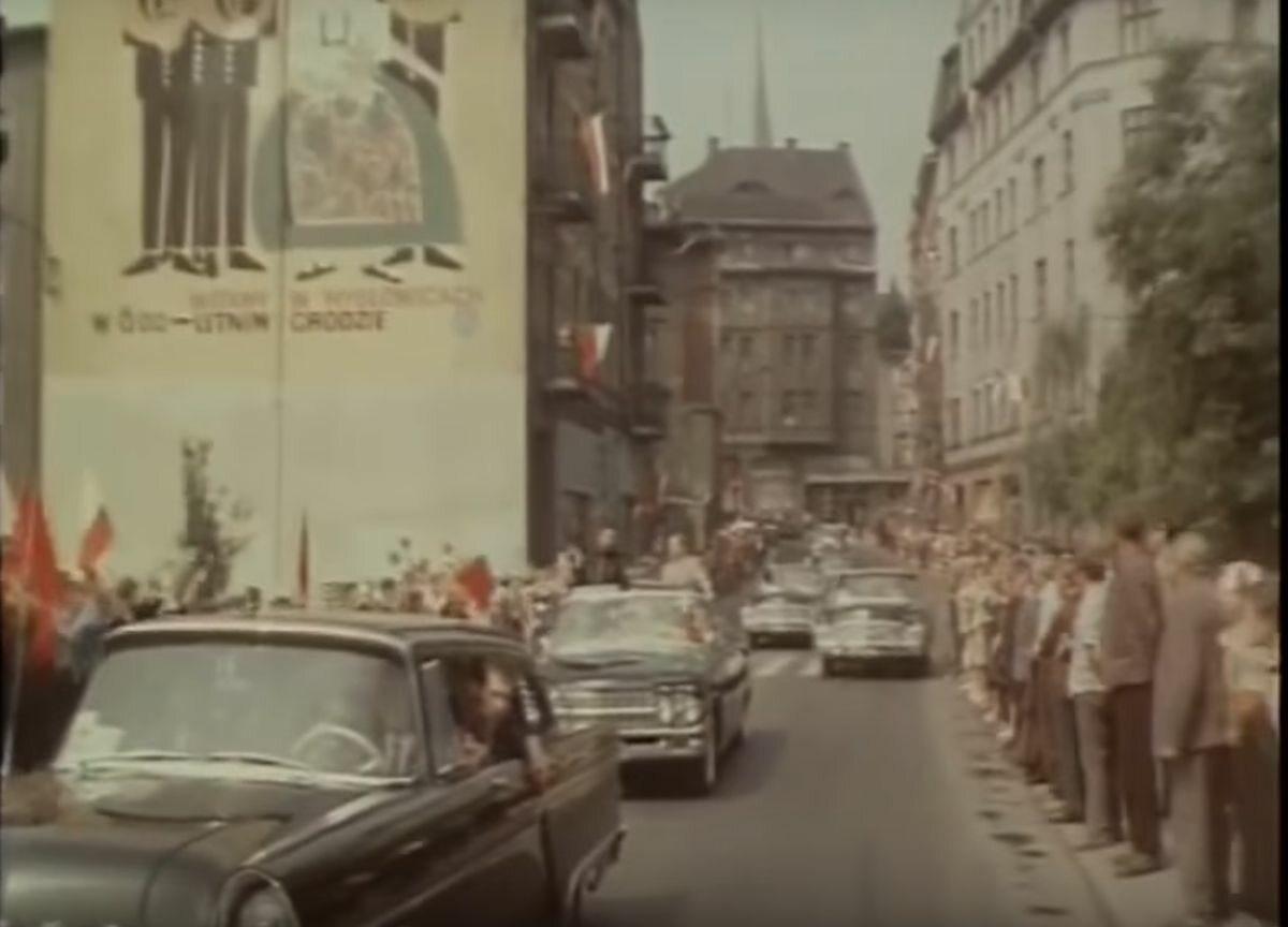 Kolumna samochódów na ulicach Katowic