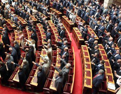 18 neonazistów w greckim parlamencie. Siedzieli, gdy muzułmanie składali...