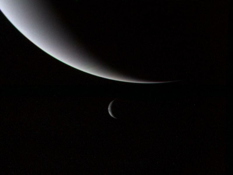 Neptun i Tryton. Zdjęcie wykonane przez sondę Voyager 2