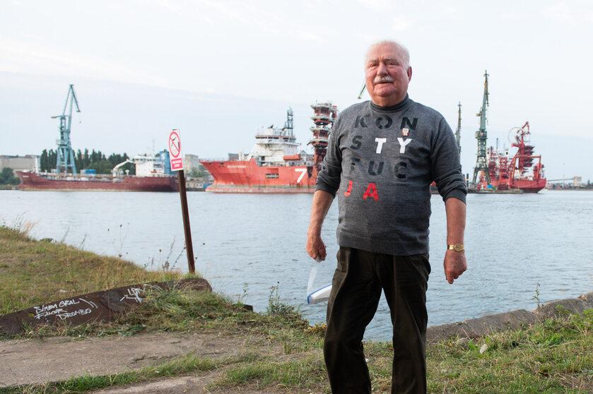 Lech Wałęsa na tle Stoczni Gdańskiej