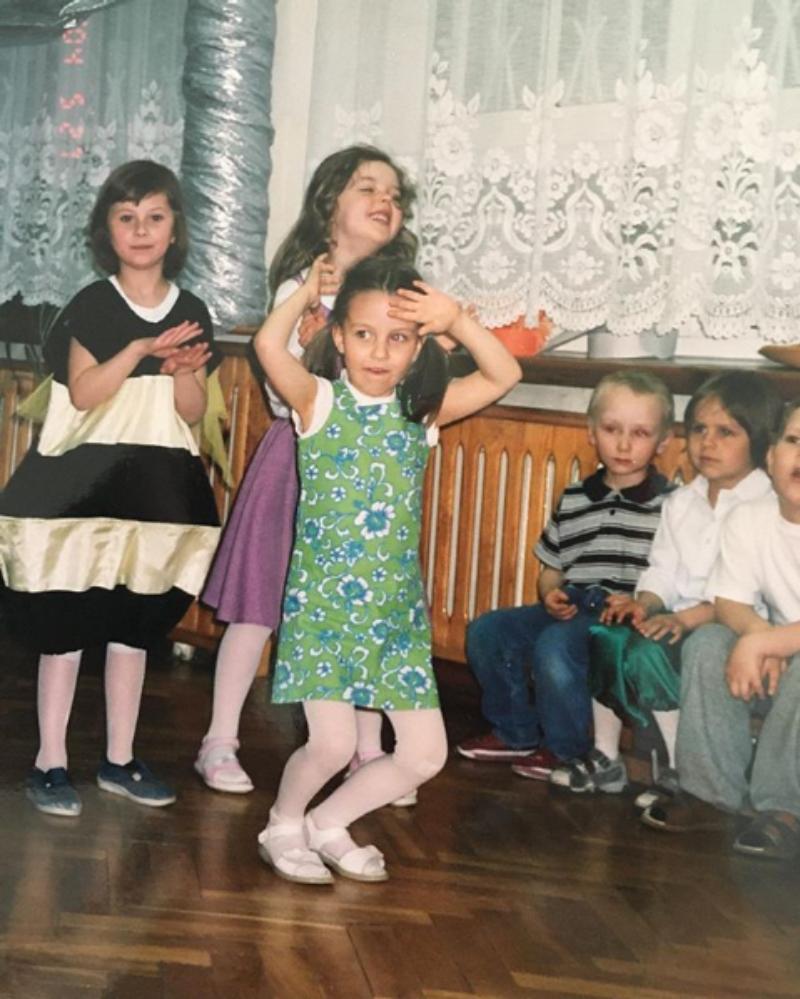 Aktorka, piosenkarka i jak widać gwiazda od najmłodszych lat. To zdjęcie przedstawia: