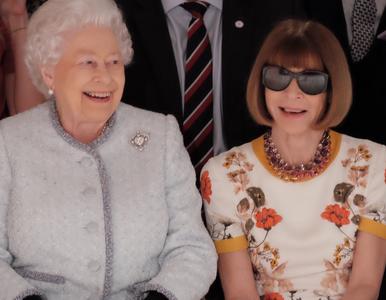 Królowa Elżbieta pojawiła się na pokazie mody i...świetnie się bawiła