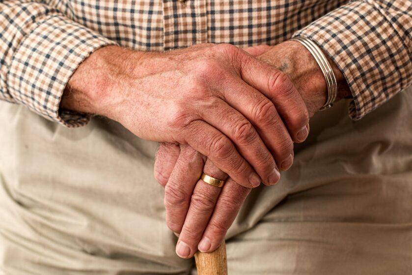 Dłonie starszej osoby