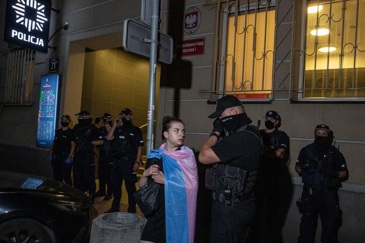Protesty przeciwko zatrzymaniom przed komisariatem na Wilczej