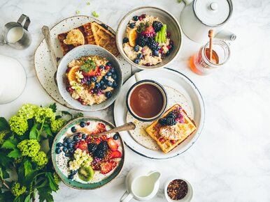 Kajzerka z serem i szynką? Koniec z tym! 7 pomysłów na pożywne śniadania