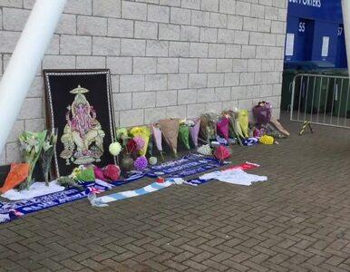 Kibice składają kwiaty pod stadionem Leicester City. W katastrofie...
