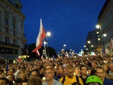 """Tysiące osób na protestach przeciwko reformie sądownictwa. """"Obalimy ten..."""