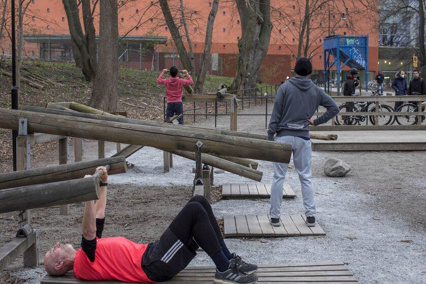 Sztokholm. Otwarta siłownia plenerowa podczas epidemii koronawirusa
