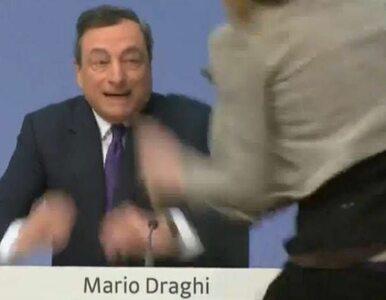 """Protestująca kobieta zakłóciła konferencję Draghiego. """"Zakończyć..."""