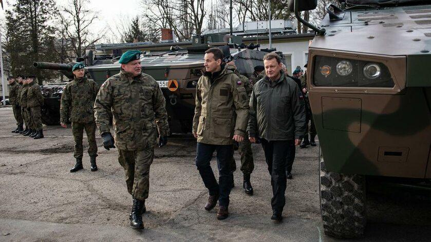 Premier Morawiecki i minister Błaszczak podczas wizyty w 1. Warszawskiej Brygadzie Pancernej