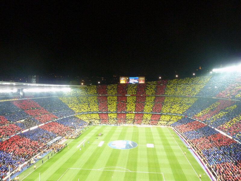 Stadion FC Barcelony w żółto-czerwonych barwach Katalonii