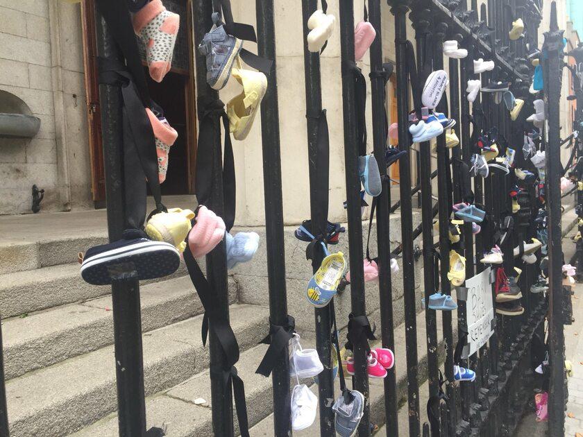 Dziecięce buciki na drzwiach kościoła