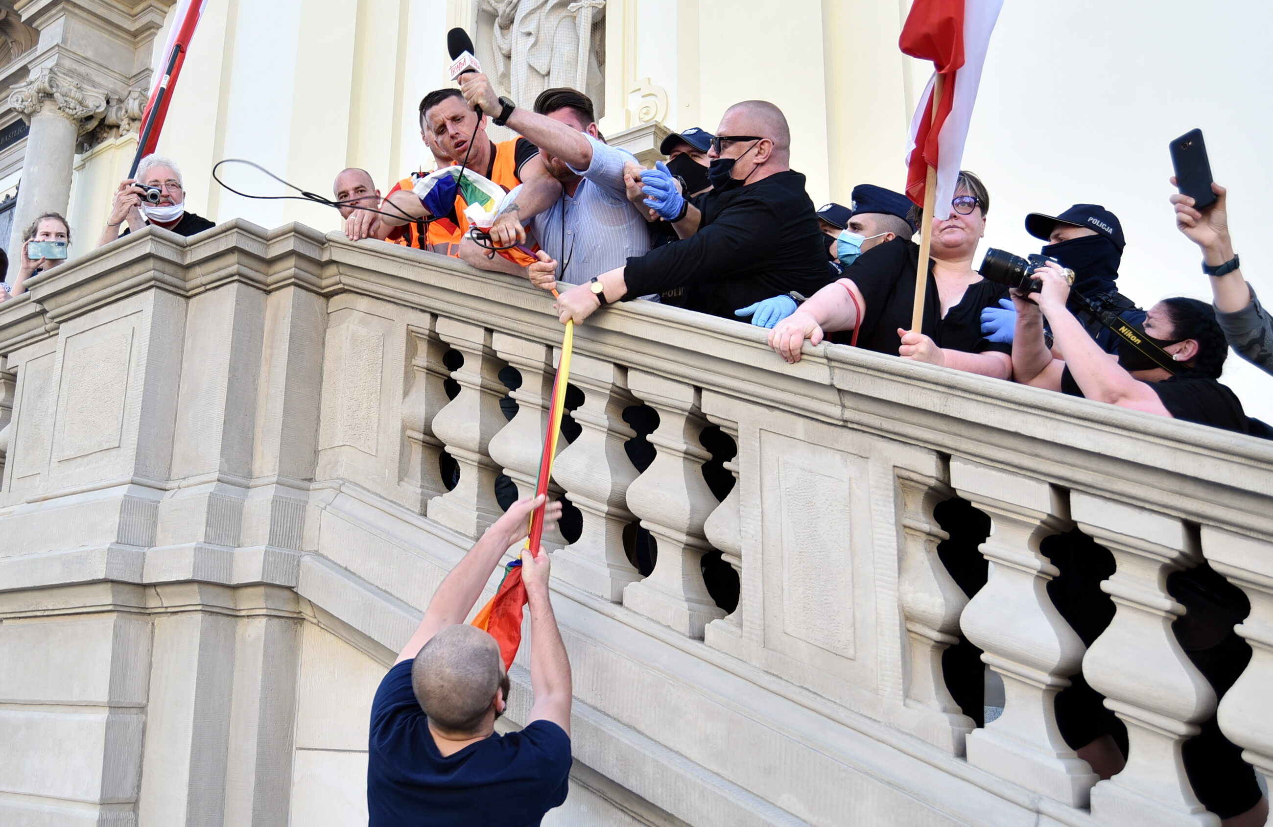 Walka o tęczową flagę na schodach bazyliki św. Krzyża