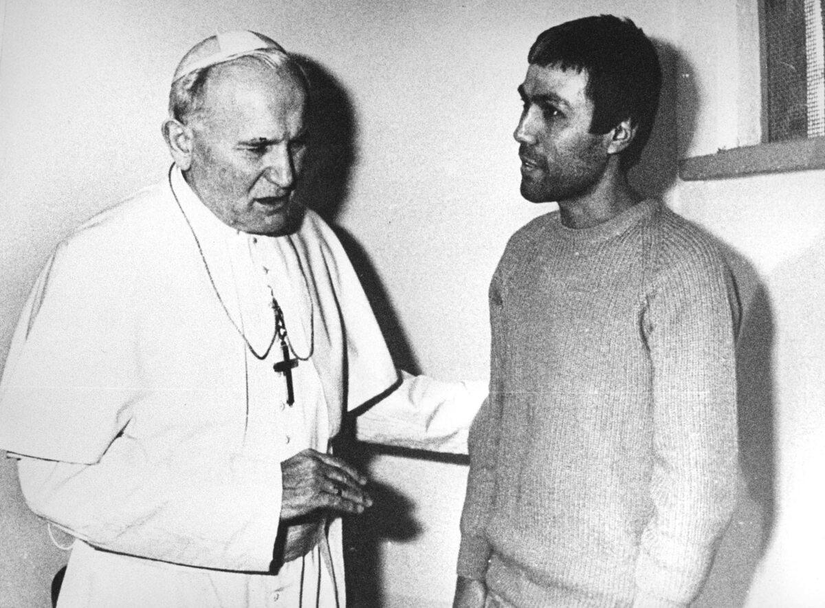 Jan Paweł II na spotkaniu z Mehmetem Ali Ağcą, zamachowcem, który próbował pozbawić go życia i ciężko zranił (1983 r.)