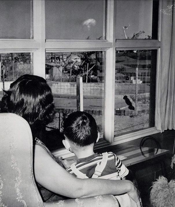 Mama i syn oglądają grzyb po próbie atomowej, Las Vegas, 1953 (fot. boredpanda.com)
