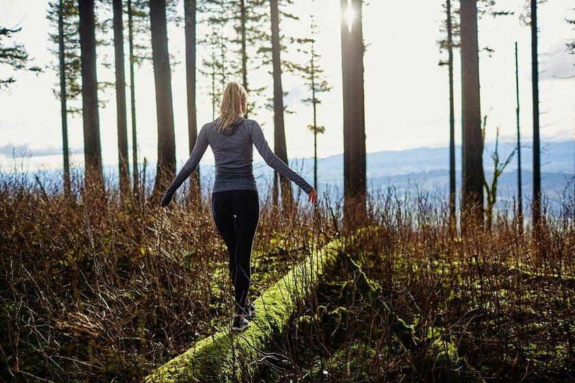 Kobieta spacerująca w lesie