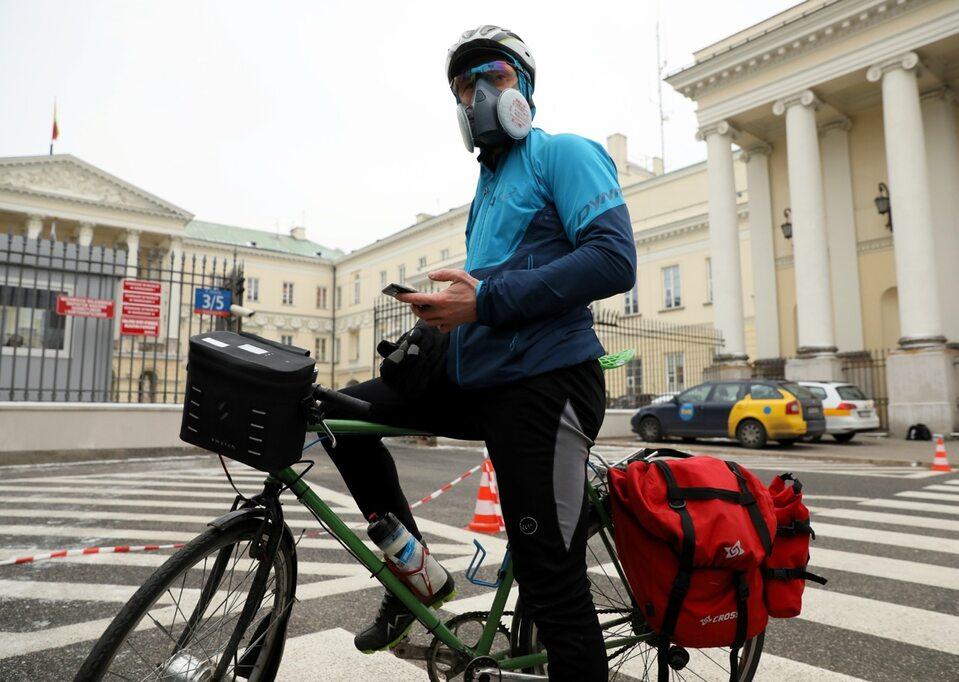 Jeśli norma zanieczyszczenia powietrza jest przekroczona, lepiej wychodzić z domu w masce z filtrem